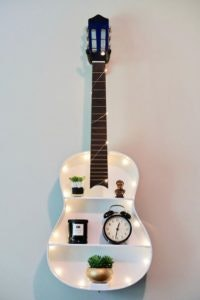 DIY 7 - Estante com uma guitarra