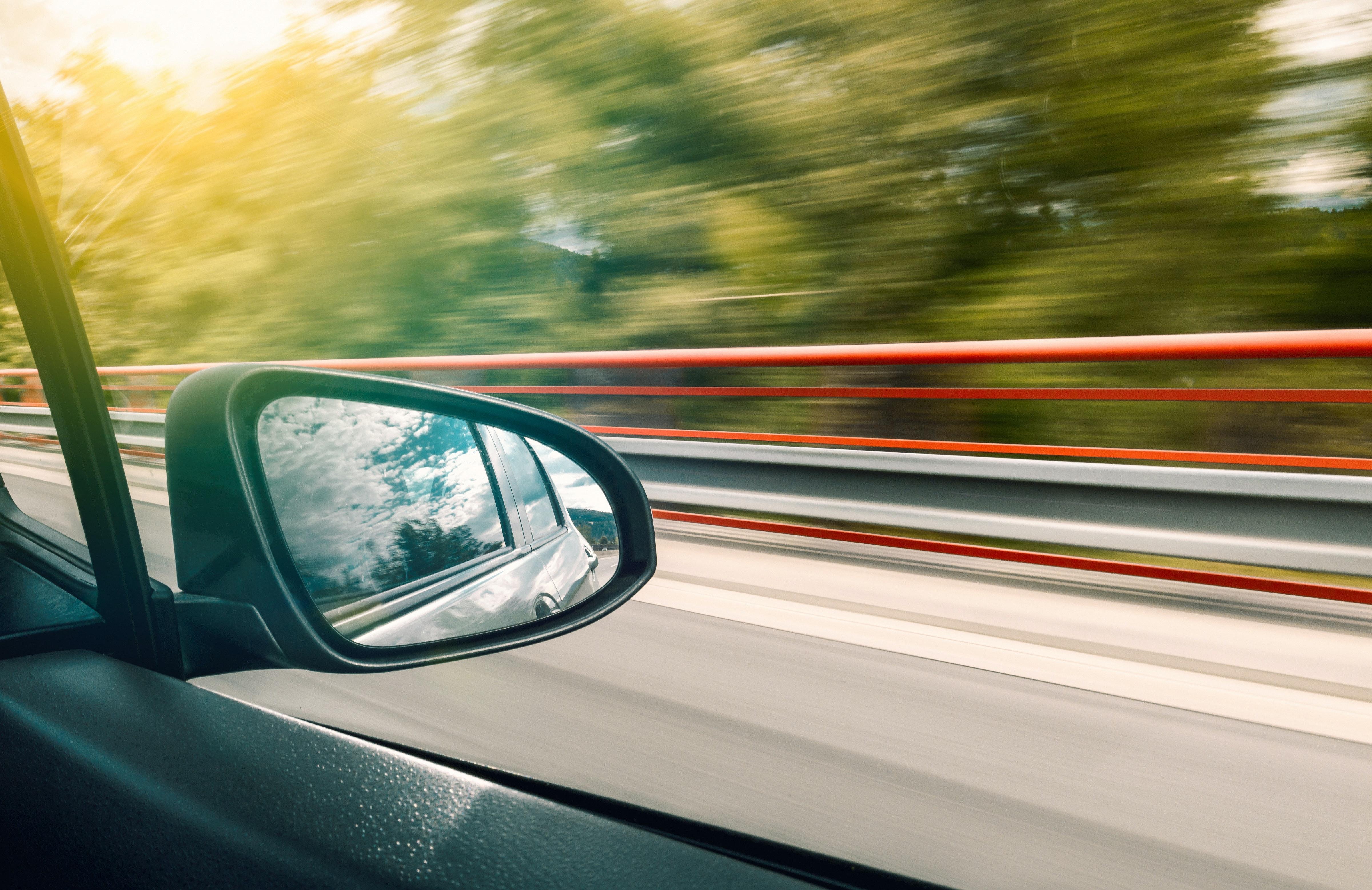 detalhe de retrovisor de carro em movimento