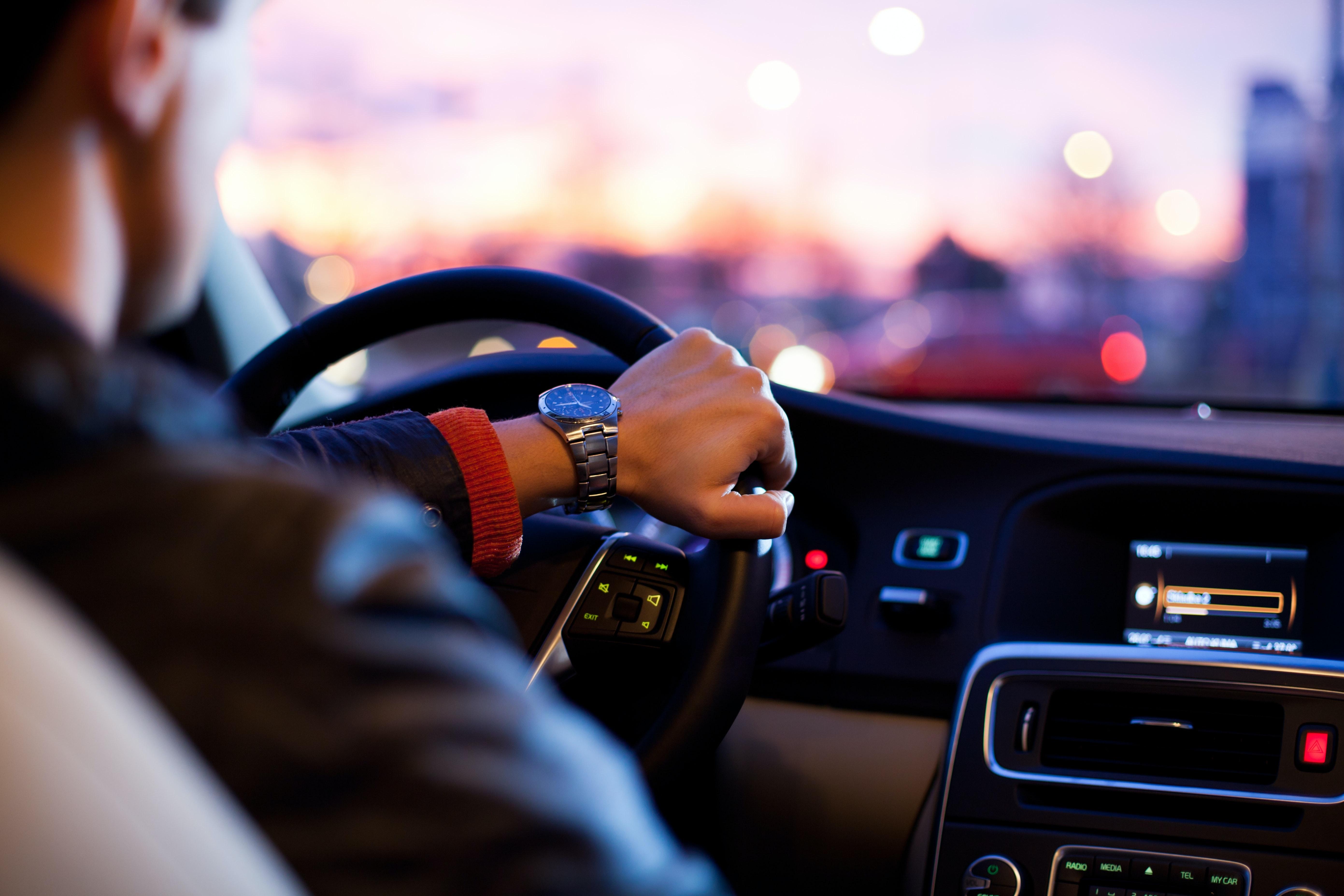homem a conduzir um carro
