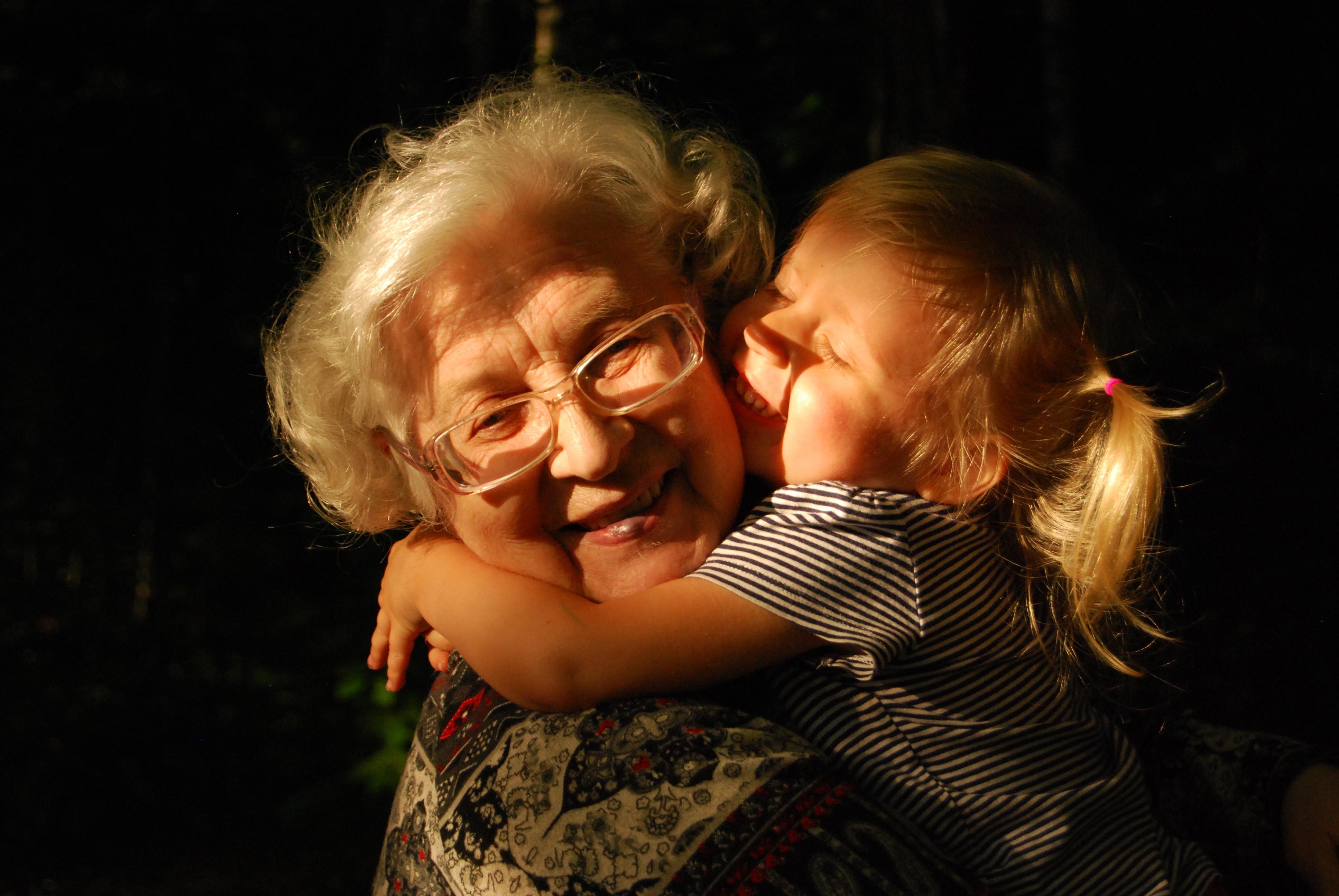 uma avó a abraçar a neta