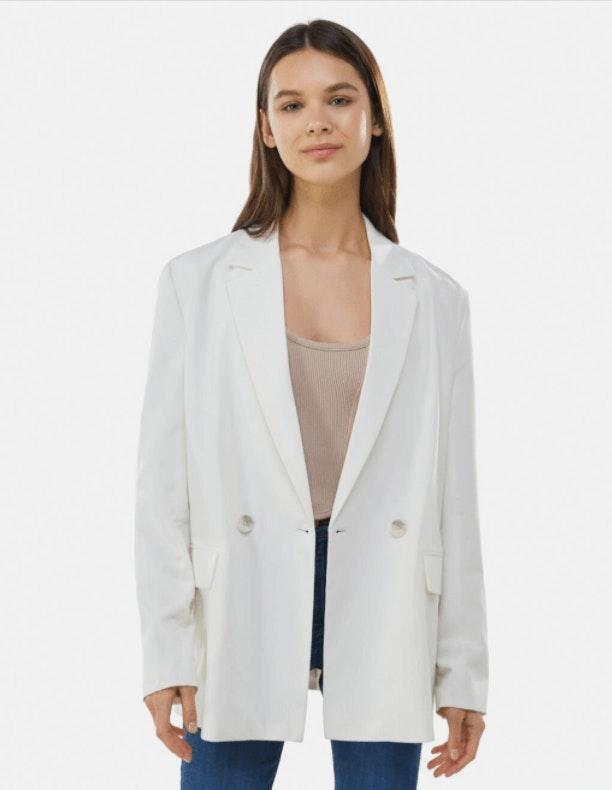 mulher com blazer branco da  Bershka
