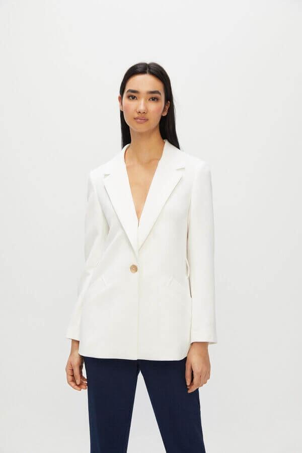 mulher com blazer branco da cortefiel