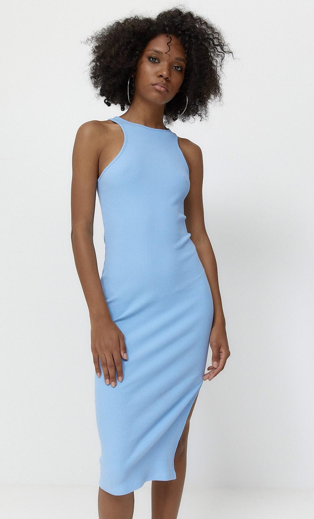 mulher com vestido formal comprido azul da Stradivarius
