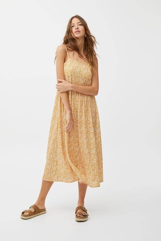 mulher vestida com um vestido comprido branco e amarelo da pull&bear