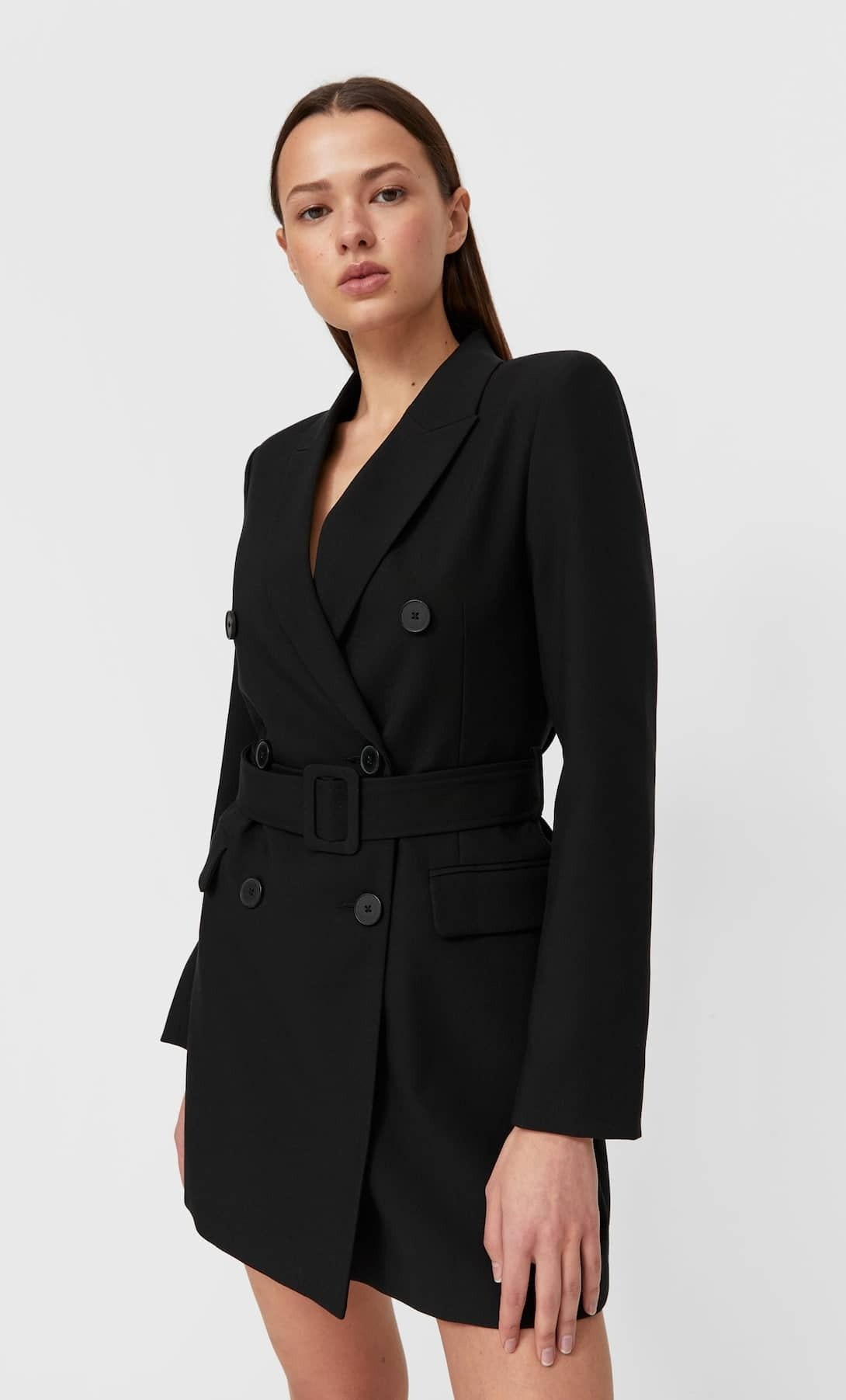 mulher com vestido formal preto da Stradivarius