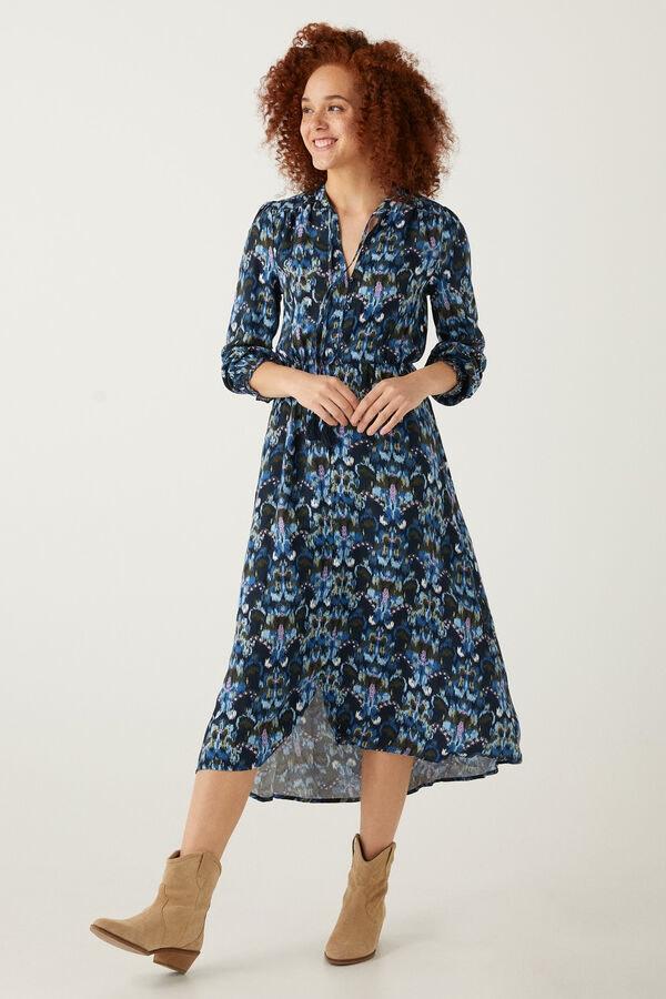 mulher com vestido comprido preto e azul da Springfield
