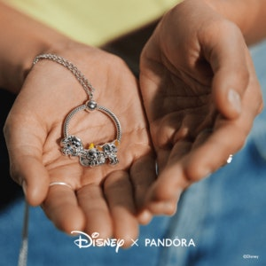 pandora_colecao-verao_WEB_Q121_D_Disney_SoMe_Paid_Image_Model_01_1080x1080